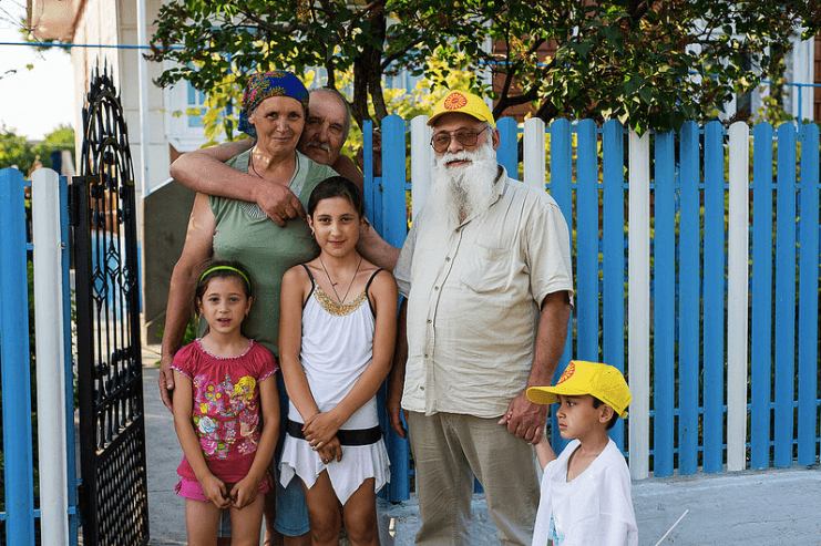 Cerari and members of the Roma community in Moldova. Source: UNDP Eurasia
